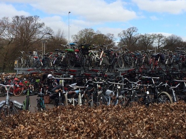 """Estacionamento de bikes """"em camadas"""" na frente da estação de trem: dá pra ser mais holandês?"""