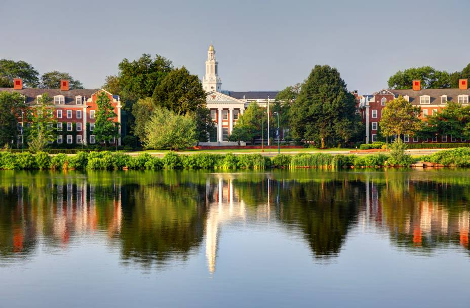 "Campus da <a href=""http://viajeaqui.abril.com.br/estabelecimentos/estados-unidos-boston-atracao-harvard-university"" rel=""Universidade de Harvard"" target=""_blank"">Universidade de Harvard</a>, em frente ao RioCharles"