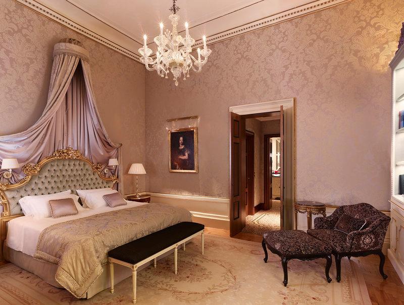 E uma de suas suítes de décor aristocrático