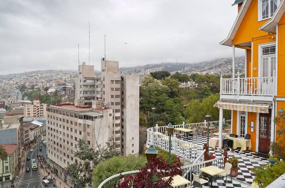 Mesmo para quem não vai ficar hospedado em Valparaíso, vale a pena fazer uma visita ao hotel Brighton ao entardecer, para curtir um happy hour ao ar livre