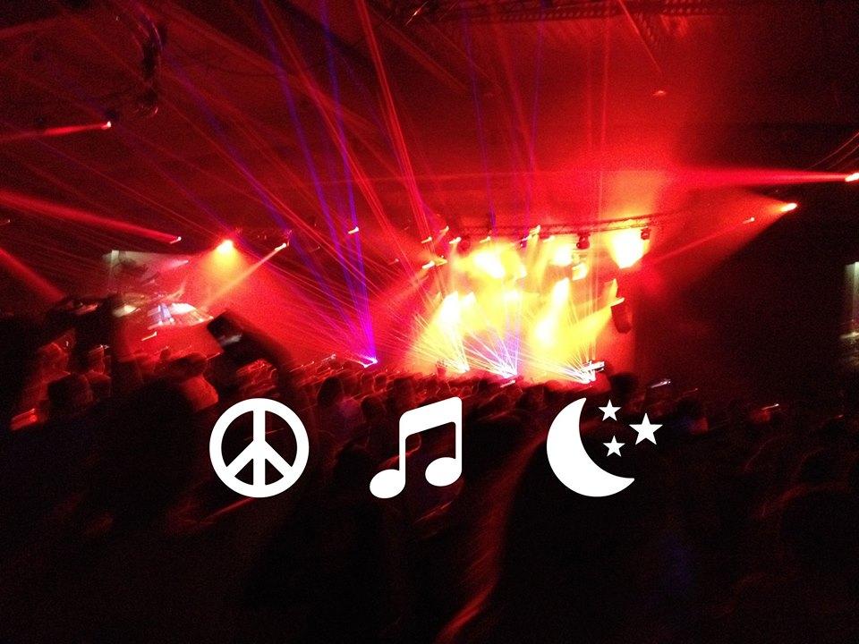 Peace and love + uma musiquinha + essa noite (Foto: Reprodução/Facebook)