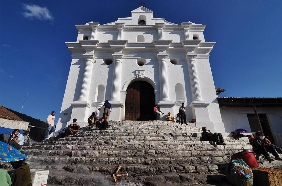 A Iglesia de Santo Tomás ainda conserva os degraus do templo maia que existia ali antes da dominação espanhola - até hoje, religiosos maias ainda usam o local para queimar incensos e venerar os deuses da antiga civilização indígena