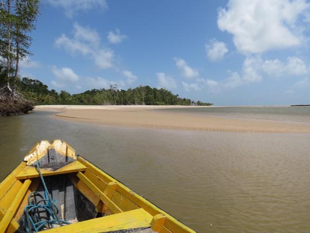 Chegando à praia de barquinho... lindo demais