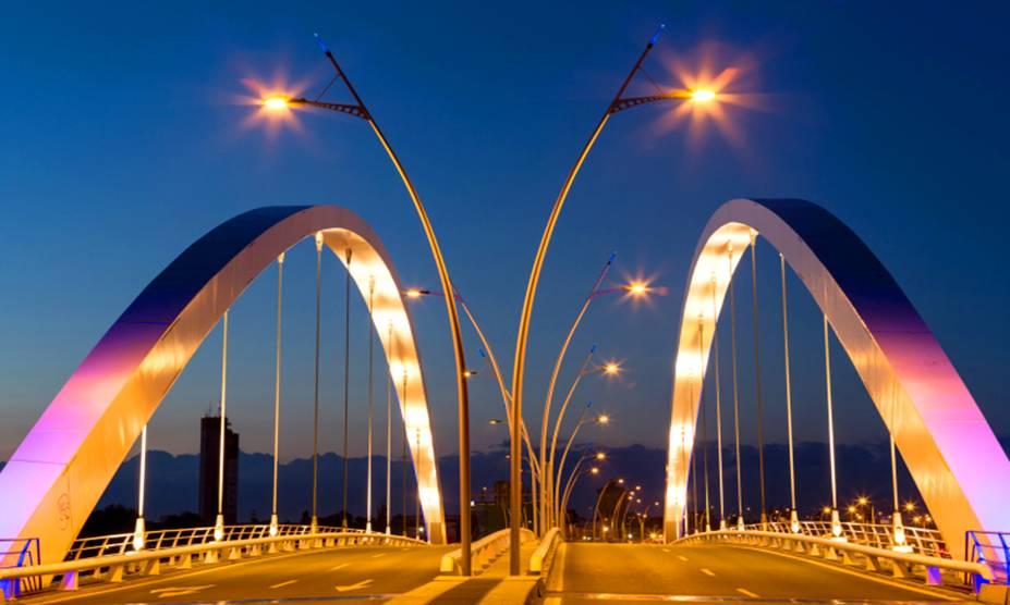 Bucareste continua se modernizando: a ponte Basarab foi inaugurada em 2011 e hoje é um ponto turístico por suas linhas contemporâneas. Além de um tráfego intenso de automóveis, a ponte que passa sobre o rio Dâmbovița sustenta uma linha de trem