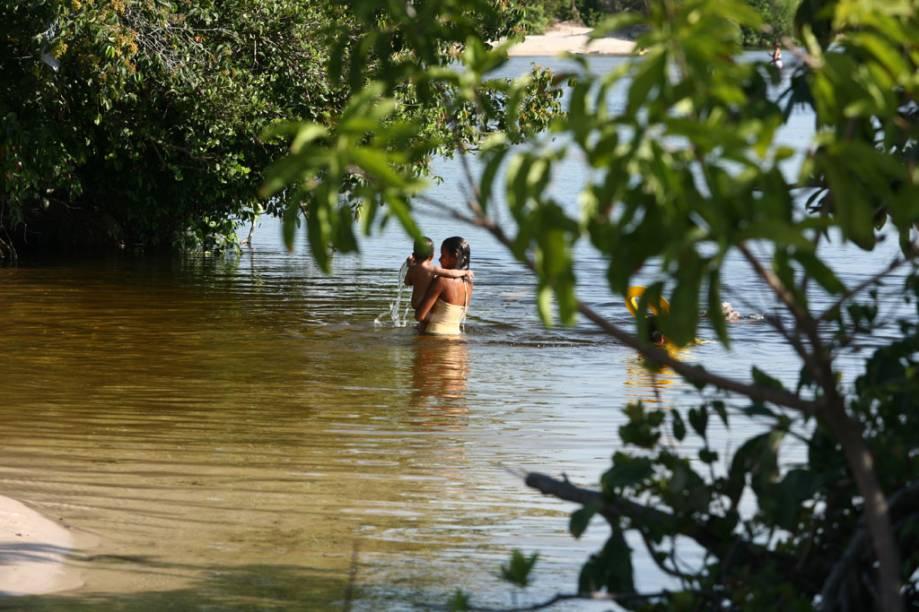 """Mulher e criança se banham no Rio Alegre nos Lençóis Maranhenses, na região da cidade de <a href=""""http://viajeaqui.abril.com.br/cidades/br-ma-santo-amaro-do-maranhao"""" rel=""""Santo Amaro (MA)"""" target=""""_blank"""">Santo Amaro (MA)</a>"""