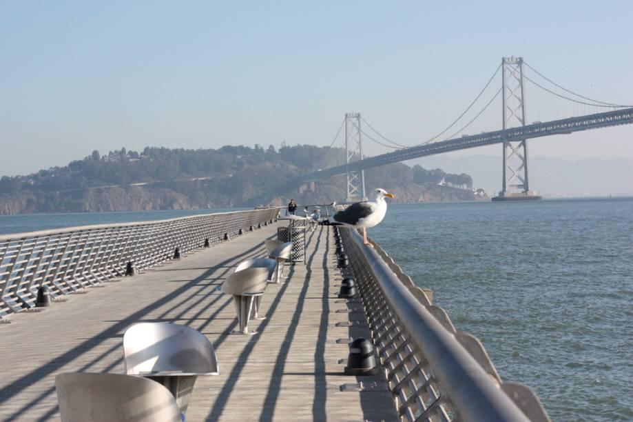 Passarela leva a até um mirante, na costa de San Francisco. Ao fundo, a Bay Bridge