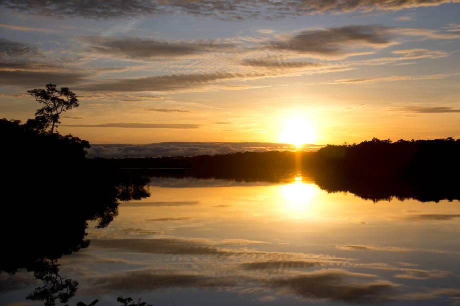 Nascer do sol no Rio Negro, Amazonas: vista a partir da comunidade Tumbira