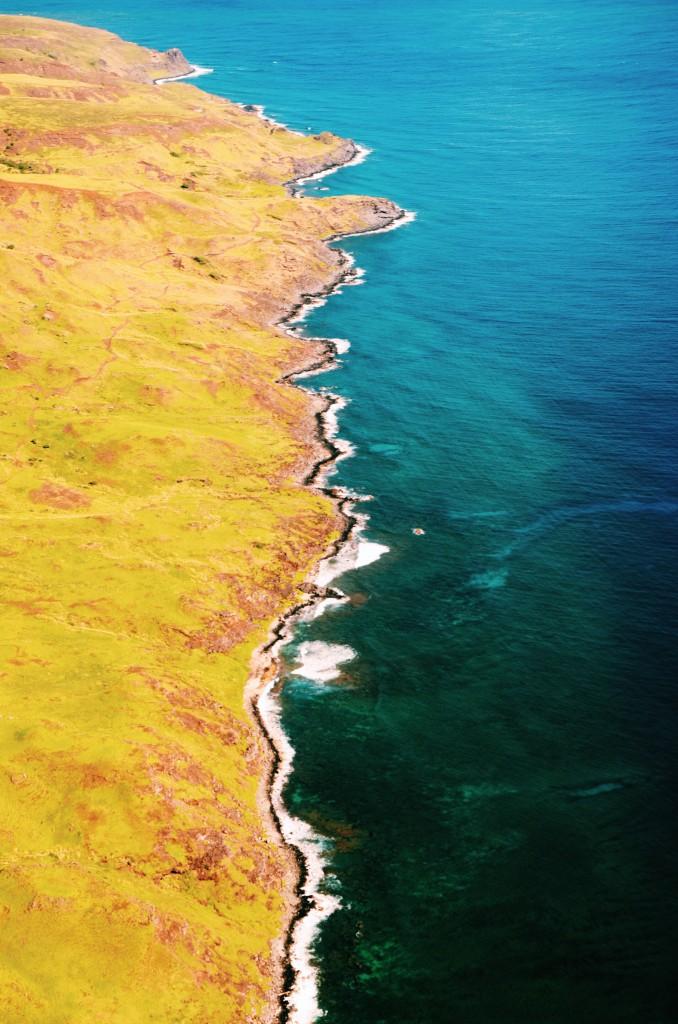 Sobrevoando a costa de Maui. Dá até pra ver o fundo do mar em algumas partes da imagem(foto: Anna Laura Wolff)