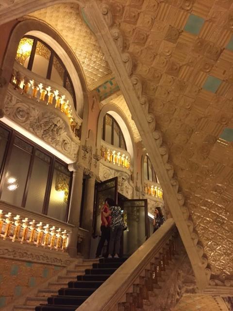A majestosa escadaria de acesso às plateias superiores