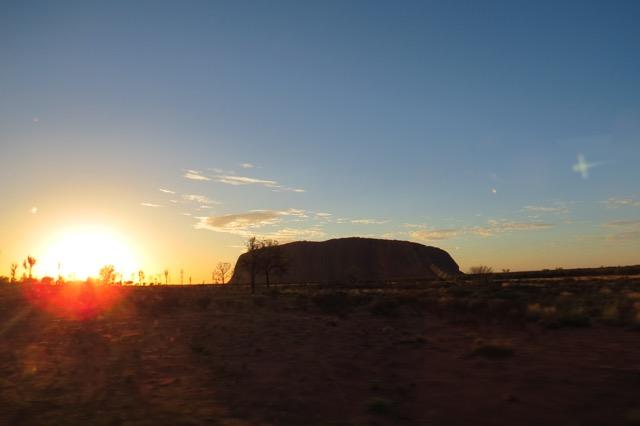 O sol nascendo ao lado da pedra, de camarote