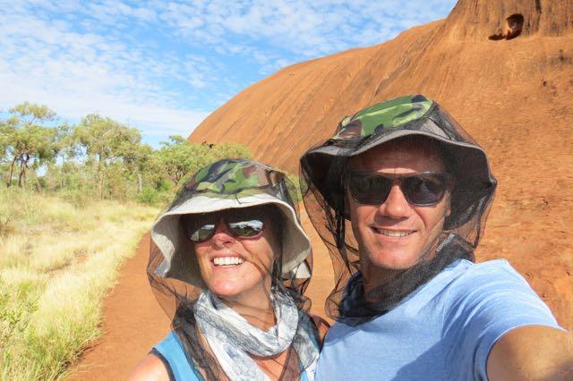 Visual sexy para sobreviver às moscas de Uluru no verão