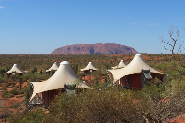 As tendas espalhadas pelo deserto, mirando Uluru