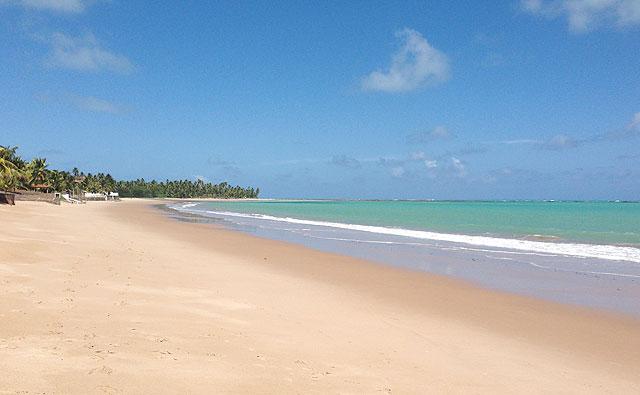 A quase deserta praia de Ipioca, em Maceió (AL)
