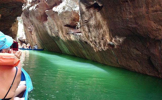 Não é praia – são as águas esverdeadas, profundas e extremamente maravilhosas do Cânion do Xingó, entre Sergipe e Alagoas