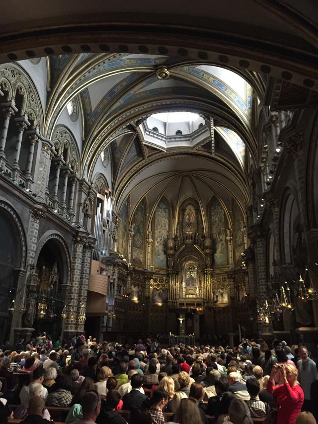 A basílica lotada momentos antes da apresentação dos meninos do couro
