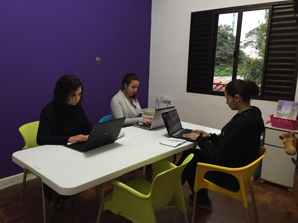 Coworkings oferecem espaço para trabalhar e fazer networking.