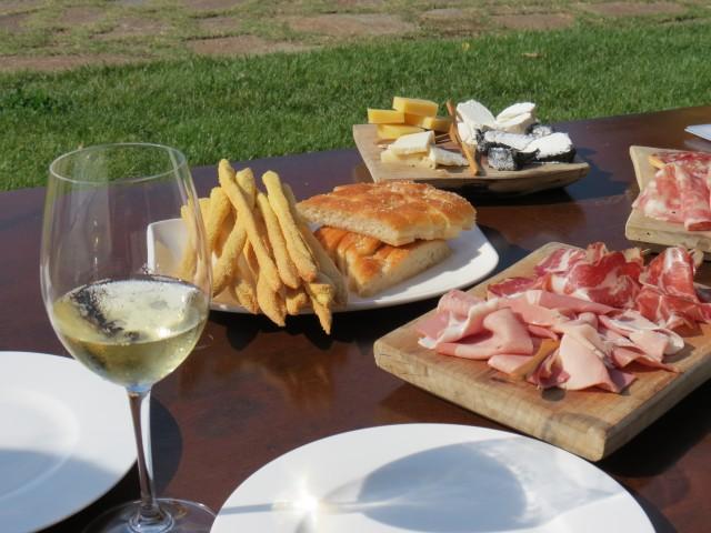 Entre uma taça e outra, as melhores tábuas de frios da sua vida (esta no hotel-vinícola Relais Villa Sparina, em Monterotondo)