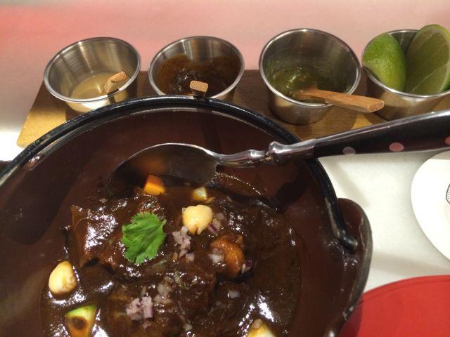 Mole com partes obscuras do porco. Também é uma delícia, comendo com moderação. € 10,50