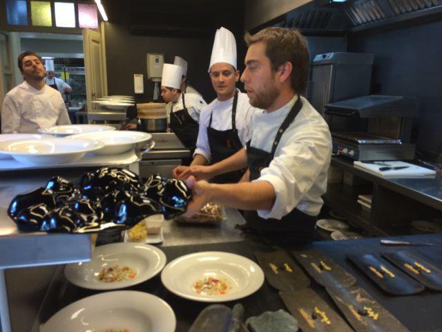 Jordi, ao fundo, espia a ação na cozinha