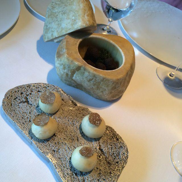 """O prato é o mais incrível, imitando perfeitamente uma fatia de pão. Sobre ele, brioches trufados. Dentro do """"queijo"""", que na verdade é uma pedra, bombons trufados de sabor intenso"""