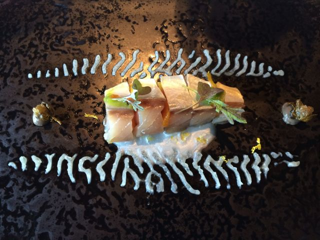 Esse prato de peixe daria um livro. O mais impressionante: o molho, por baixo, é feito com a pele do peixe. Absolutamente delicioso.