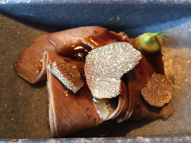 Perna de vitela com cogumelos, abacate, trufas entre outros ingredientes