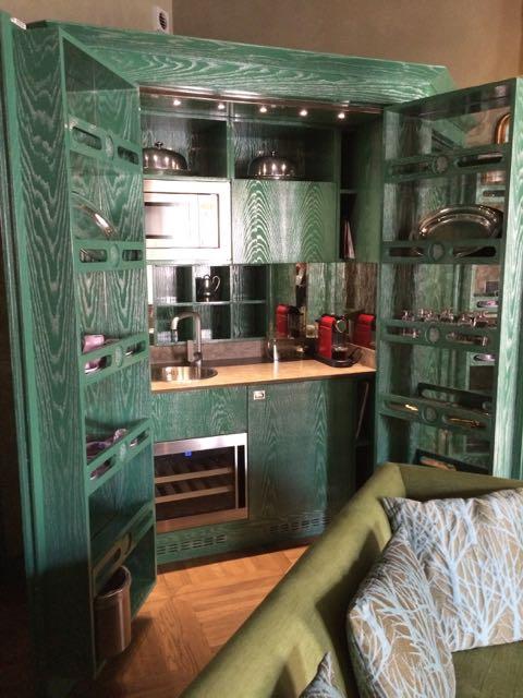 A cozinha box de uma das suítes menores. Não é um espetáculo? Ela fecha como um armário