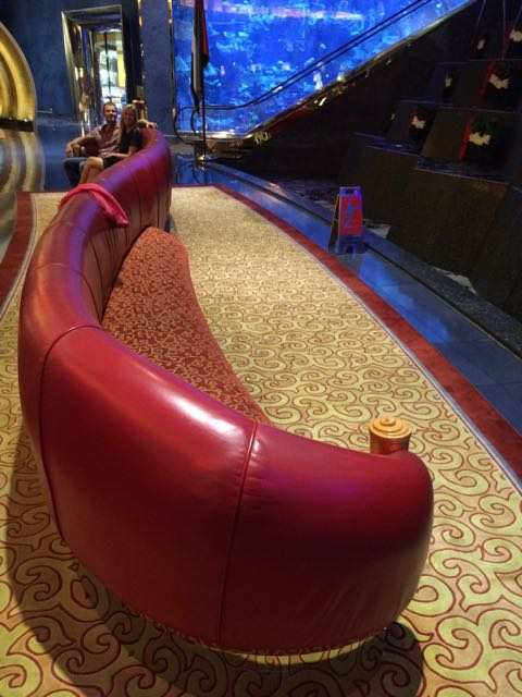 """O sofá mais absurdo do mundo no lobby do hotel mais """"luxuoso"""" do mundo"""