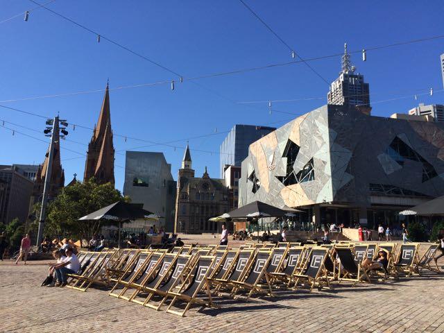 Cadeiras prontas para o cinema ao ar livre da Federation Square, o centrão da cidade