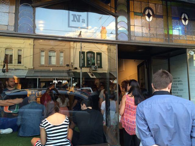 A fachada da N2 de Melbourne: briga, tumulto, guerra?