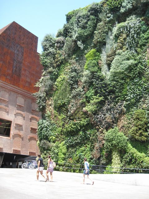 Jardim vertical lindão na entrada do CaixaForum (que não é mais gratuito!)