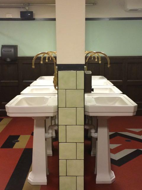 O banheiro, espetacular, instalado nos antigos cofres do banco