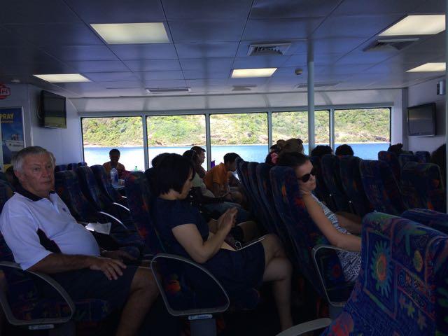 O interior do barco da Awesome Adventures (a foto está péssima, eu sei): ar condicionado e wi-fi grátis