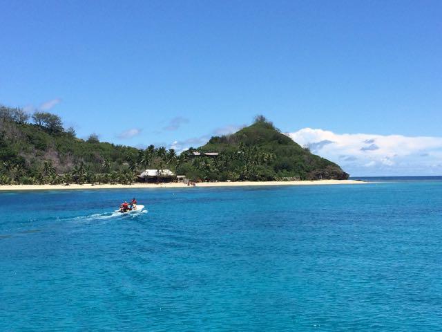 O barco da Awesome Adventures encosta perto das ilhas e lanchinhas dos próprios resorts se encarregam de levar os hóspedes para terra firme
