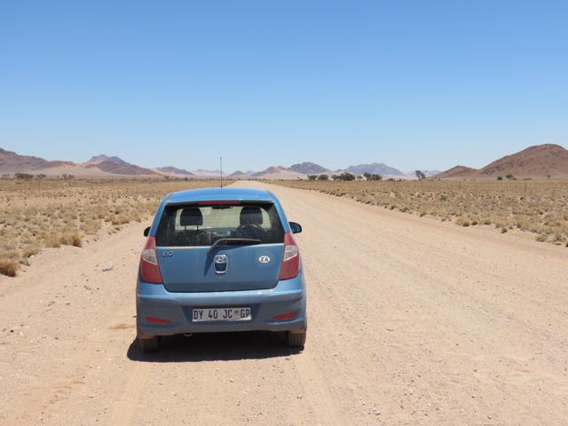 Nosso possante enfrenta bravamente o deserto da Namíbia. A estrada retratada na foto é um bom exemplo de como são os caminhos não asfaltador por lá: planas, bem cuidadas e secas (afinal de contas estamos no deserto)