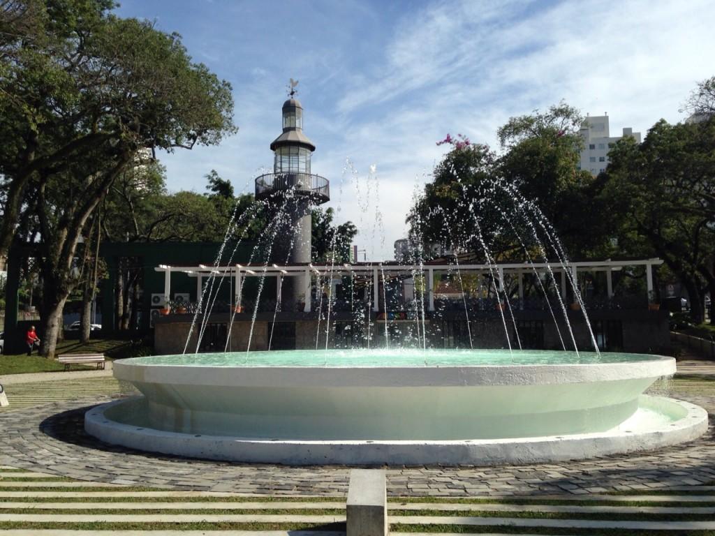 Praça da Espanha é ponto de encontro de jovens curitibanos. (Foto: Família Nômade)