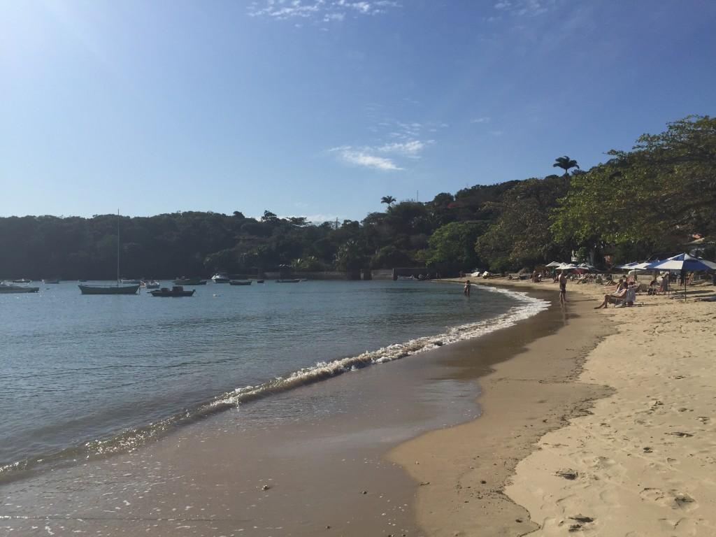 Mar liso e sem ondas para as crianças brincarem tranquilas! (foto: Família Nômade)