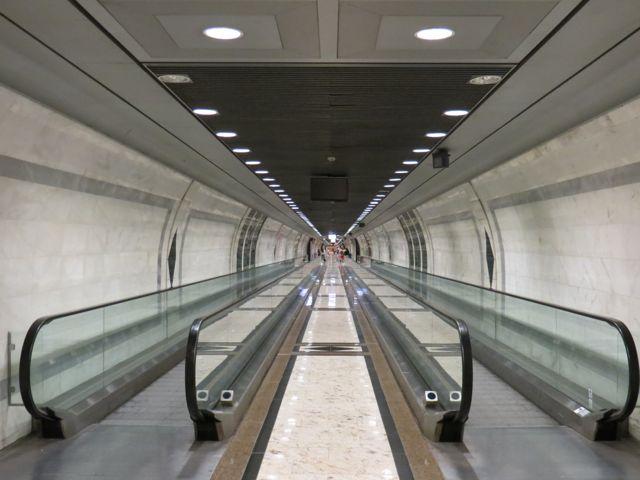 Subterrâneo de Mônaco: corredores high-tech como esses conectam vários pontos da cidade à estação de trem