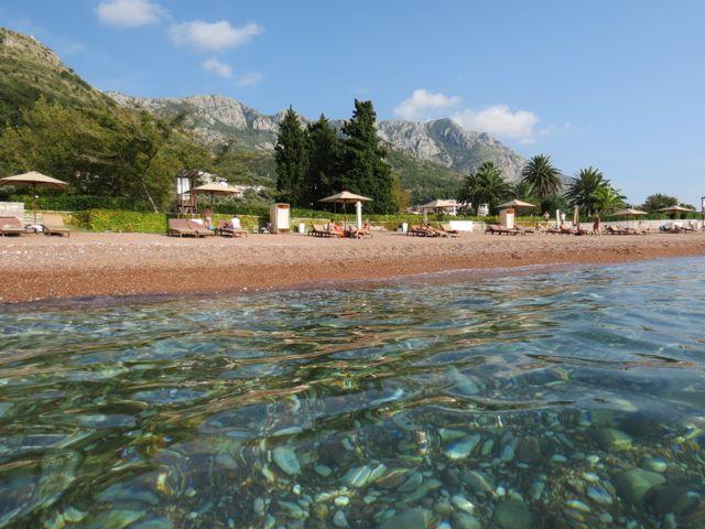 A água de morrer de cristalina e as montanhas de Montenegro ao fundo. Posso ficar aqui pra sempre?