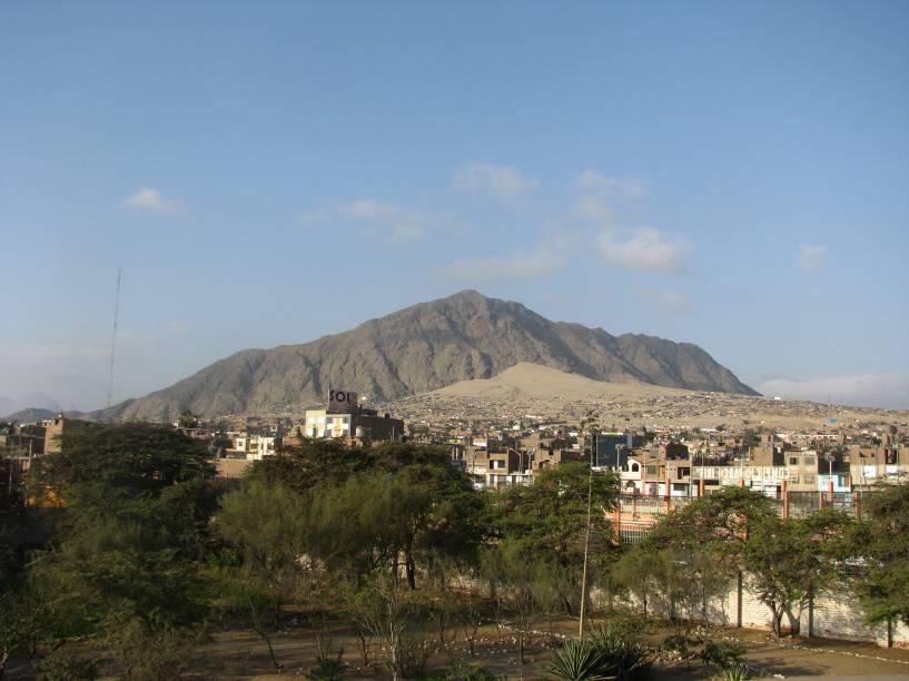 Vista parcial de Trujillo a partir de mirante na Huaca del Dragón (Arco-Íris)
