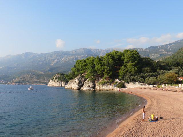 A praia do hotel vista do istmo