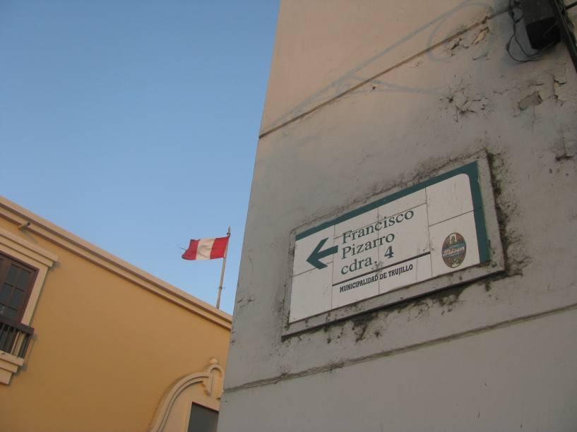 Detalhe da sinalização de rua em Trujillo, capital de La Libertad, norte do Peru