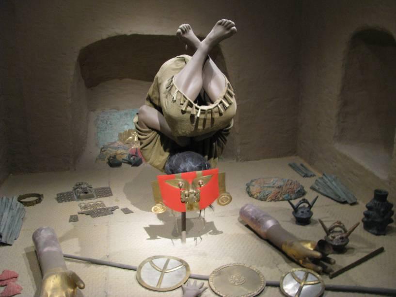 """O <a href=""""http://viajeaqui.abril.com.br/estabelecimentos/peru-chiclayo-atracao-museu-nacional-sican"""" rel=""""Museu Nacional Sicán"""" target=""""_blank"""">Museu Nacional Sicán</a> fica na cidade de Ferreñafe, a 40 minutos de <a href=""""http://viajeaqui.abril.com.br/cidades/peru-chiclayo"""" rel=""""Chiclayo"""" target=""""_blank"""">Chiclayo</a>. Nele está guardado o material extraído das tumbas leste e oeste da Huaca El Loro, na zona arqueológica Bosque de Pomác. Na foto, uma reprodução de um dos enterros da elite sicán nas tumbas leste e oeste de Huaca El Loro: personagem foi encontrado de cabeça para baixo com máscara na posição convencional"""
