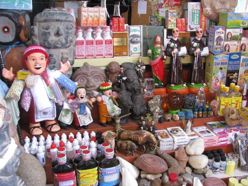 Produtos expostos em barraca na pitoresca Feira das Bruxas, em Chiclayo
