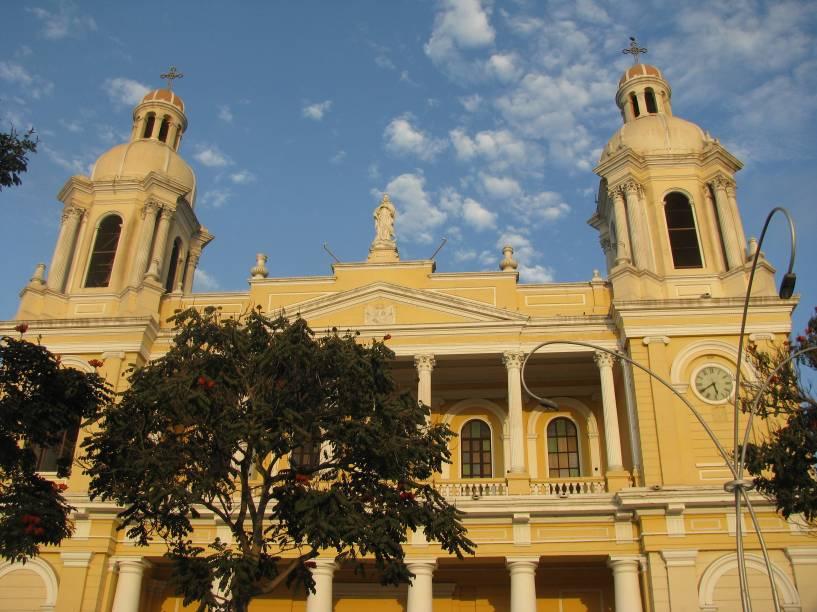 """Catedral de <a href=""""http://viajeaqui.abril.com.br/cidades/peru-chiclayo"""" rel=""""Chiclayo"""" target=""""_blank"""">Chiclayo</a>; a cidade ao norte do Peru é conhecida no país como a """"Capital da Amizade"""". Três aspectos enchem os amistosos chiclayanos de orgulho: o king kong (doce tipo alfajor de manjar branco, amendoim e abacaxi), o Juan Aurich (time de futebol apelidado de """"Ciclone do Norte"""", campeão peruano em 2011) e seus antepassados (as culturas pré-colombianas que povoaram a região)"""