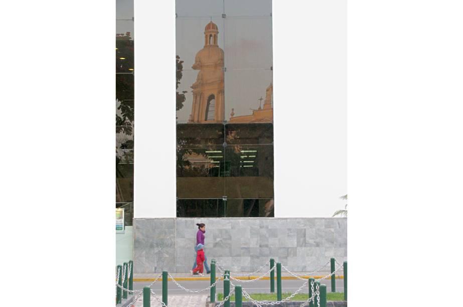"""Catedral de <a href=""""http://viajeaqui.abril.com.br/cidades/peru-chiclayo"""" rel=""""Chiclayo"""" target=""""_blank"""">Chiclayo</a> refletida na fachada envidraçada de um banco; a cidade oferece a melhor infraestrutura da região, com opções de hotéis e restaurantes, o que faz dela a porta de entrada para explorar o pedaço, espécie de parque de diversões para os fãs de arqueologia. O eixo Chiclayo-Trujillo guarda os principais templos e construções das culturas moche (mochica), chimú e sicán (lambayeque), anteriores ao domínio inca"""