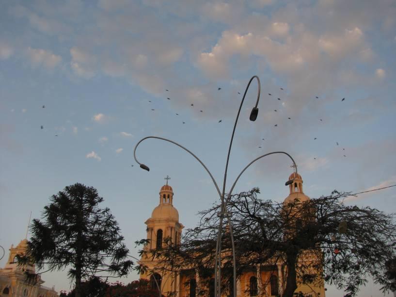 """Praça central de <a href=""""http://viajeaqui.abril.com.br/cidades/peru-chiclayo"""" rel=""""Chiclayo"""" target=""""_blank"""">Chiclayo</a>, norte do Peru"""