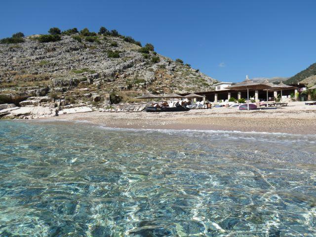 Praia ao sul de Himare: visual secão como o de algumas partes da Grécia e água totalmente cristalina