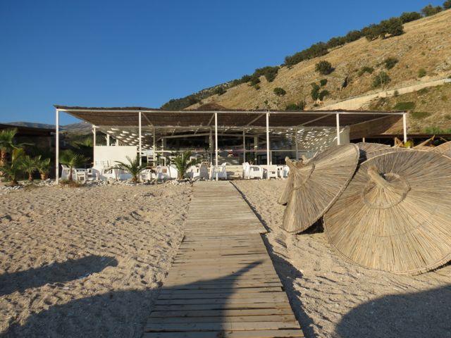 Um dos beach bars que devem bombar no verão em Llaman