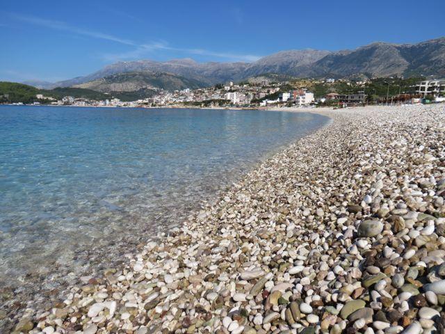 Pedrinhas + mar cristalino: é assim em todas as praias